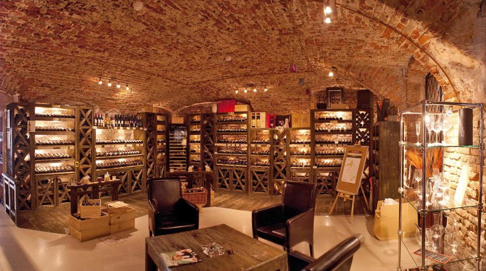 ассортимент вина в винном магазине
